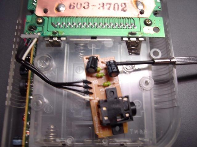 Ahora tome su destornillador y colóquelo entre la junta y los condensadores. Muy doblar cuidadosamente los cables de manera que los condensadores en posición plana contra la tabla en lugar de apuntando hacia fuera de ella.